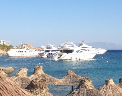 Park your yacht at the cosmopolitan Psarou beach
